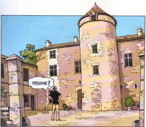 Le Logis de Forge     Façade nord. Corps du logis à deux étages avec l'entrée très discrète. Au milieu, une grosse tour ronde à trois étages, plus haute que le logis et couverte d'une poivrière.